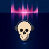 在耳机的头骨,调平器在蓝色树荫下 免版税库存照片