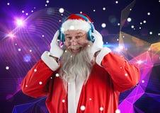 在耳机3D的愉快的圣诞老人听的音乐 库存照片