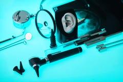 在耳鼻喉科的工具背景,软的焦点的现代助听器 耳鼻喉科的辅助部件 库存图片