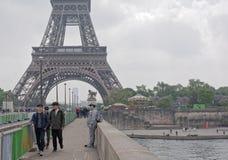 在耶拿上桥梁站立一个雕象人并且收金钱 在 免版税图库摄影