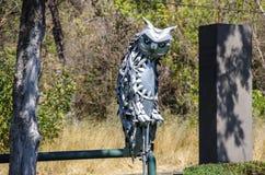 在耶烈万小瀑布附近的现代艺术雕象 免版税库存图片