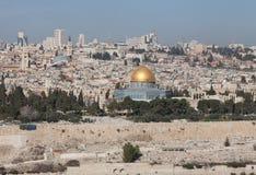 在耶路撒冷的看法和从橄榄山的圆顶清真寺在好日子 r 图库摄影