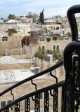 在耶路撒冷耶路撒冷旧城犹太四分之一大厦和大阳台前面的黑金属栏杆 免版税库存图片