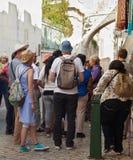 在耶路撒冷街道上的游人  免版税库存图片