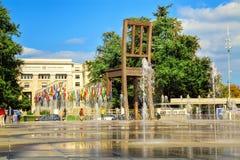 在联合国正方形的残破的椅子在日内瓦 库存图片