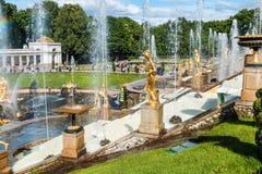 """在联合国科教文组织包括的Peterhof宫殿""""s世界遗产名录名单 免版税库存照片"""