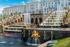 """在联合国科教文组织包括的Peterhof宫殿""""s世界遗产名录名单 图库摄影"""
