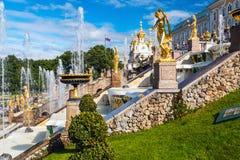 """在联合国科教文组织包括的Peterhof宫殿""""s世界遗产名录Lis 图库摄影"""