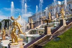 """在联合国科教文组织包括的Peterhof宫殿""""s世界遗产名录Lis 免版税库存照片"""