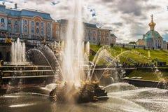 """在联合国科教文组织包括的Peterhof宫殿""""s世界遗产名录Lis 免版税图库摄影"""