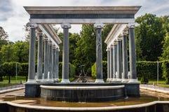 """在联合国科教文组织包括的Peterhof宫殿""""s世界遗产名录Lis 免版税库存图片"""