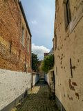 在联合国科教文组织的狭窄的街道在Lier,比利时的市中心保护了beguinage 免版税图库摄影