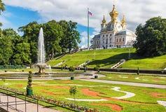 在联合国科教文组织s世界遗产名录名单包括的Peterhof宫殿 免版税库存图片