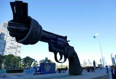 在联合国总部大楼的在暴力雕塑在纽约 免版税库存图片