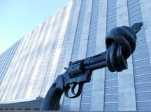 在联合国总部大楼的非暴力雕塑在纽约 357个由瑞典艺术家卡尔Fr的大酒瓶左轮手枪铜雕塑 免版税库存图片