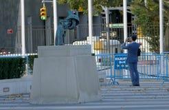 在联合国总部大楼的非暴力雕塑在纽约 357个由瑞典艺术家卡尔Fr的大酒瓶左轮手枪铜雕塑 库存图片