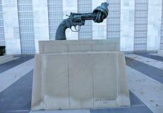 在联合国总部大楼的非暴力雕塑在纽约 图库摄影