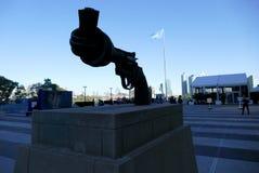 在联合国总部大楼的非暴力雕塑在纽约 免版税库存图片