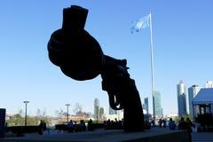 在联合国总部大楼的非暴力雕塑在纽约 库存图片