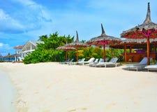 在联合海岛上的热带异乎寻常的白色沙子海滩在圣文森特和格林纳丁斯 免版税库存图片