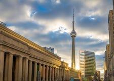 在联合驻地和加拿大国家电视塔-多伦多,安大略的金黄日落 库存照片