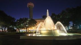 在联合驻地的喷泉在达拉斯在晚上 免版税库存照片