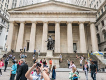 在联邦国家纪念堂,更低的曼哈顿,纽约前面的游人 免版税库存照片
