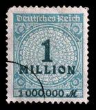 在联邦德国打印的邮票显示亢奋膨胀的数字的图象 库存图片