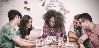 去在联络的创造性的队在会议覆盖 免版税库存图片