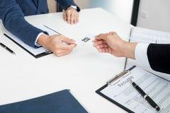 在聘用的采访的年轻商人在办公室,见面 免版税库存图片