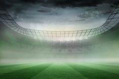 在聚光灯下的有薄雾的橄榄球场 免版税库存照片