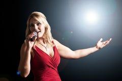 在聚光灯之下的歌唱家 免版税库存图片
