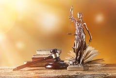 在聚光灯,法律概念的Themis 免版税图库摄影
