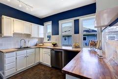 在聪慧的海军和白色颜色的厨房内部 免版税库存照片