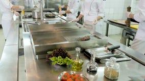在肉的厨师传播的胡椒准备的食物 股票录像