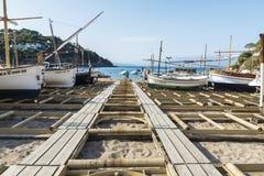 在肋前缘Brava,卡塔龙尼亚,西班牙的渔船 图库摄影