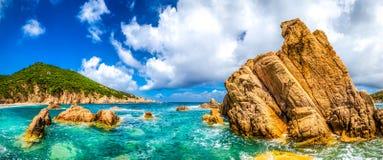 在肋前缘Paradiso, Sardini的海洋海岸线风景全景 免版税库存照片