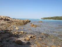 在肋前缘Smeralda的多岩石的海滩 免版税库存照片