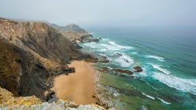 在肋前缘Vicentina的有雾的早晨,葡萄牙 免版税库存照片