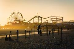 在肌肉海滩和圣塔蒙尼卡码头的日落光 库存图片