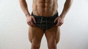 在肌肉爱好健美者的垂直的平底锅在演播室 影视素材