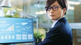 在股票市场牢固的办公室经纪与统计一起使用  库存图片