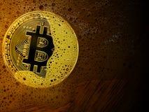 在肥皂泡的金黄bitcoin硬币 概念的分布带领 免版税库存图片
