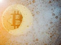 在肥皂泡的金黄bitcoin 分布的总帐技术和bitcoin泡影和数字式电子二进制金钱的概念 免版税库存图片