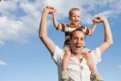 在肩上父亲的儿子 免版税库存图片
