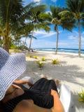 在肩膀POV :帽子和礼服的妇女在vaca的太阳懒人 库存照片