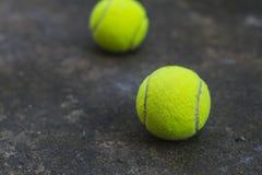 在肮脏的地面上的网球 库存照片