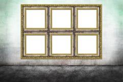 在肮脏的墙壁上的巨大的装饰的框架 免版税库存照片