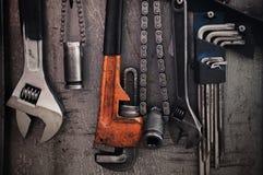 在肮脏的墙壁上的许多工具,设置了工匠工具,机械工具 免版税图库摄影