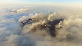 在肮脏的烟和烟雾的鸟瞰图从管子钢铁生产厂和鼓风炉 工业化城市,污染 股票视频